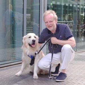 Markus Beyer mit Bürohund