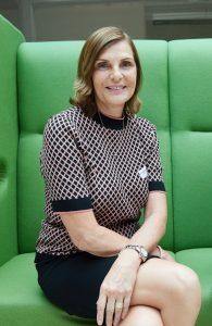 Edith-Stier-Thompson (Geschäftsführerin news aktuell) bürohund wedelt