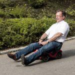 Geschäftsführer Detlef Lohmann fährt Bobbycar (IT-Leiterin, IT-Leiter)