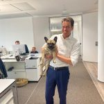 Oliver Schoen mit Bürohund Myu blackolive advisors GmbH