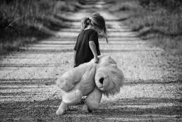 Offboarding, Personalabbau, Trauer (trauriges Mädchen mit Teddy)